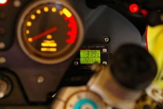 油温計のパネル : この隙間から見えます。