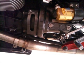V11のスターター(中央)。金色のはリアサスのリザーバ