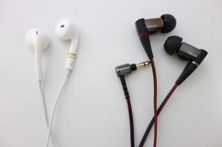 左:iPod付属 EarPods 金のマークは自家塗装  右:XBA-A1