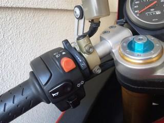 V11の左ハンドル操作部。ホーネットと比べると方向指示器とホーンの位置が逆。
